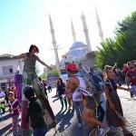 Frieda BK - Parade sur échasses, Ömerli